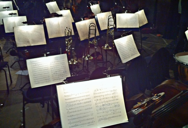 Väliaika 1. ja 2. näytöksen välissä - tauon paikka myös orkesterille