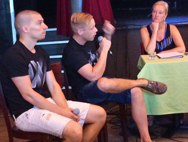 Mikko Virtanen ja Sakari Hokkanen Teatterikesän tiedotustilaisuudessa 8.8.2014 (oikealla Teatterikesän toiminnanjohtaja Hanna Rosendahl)