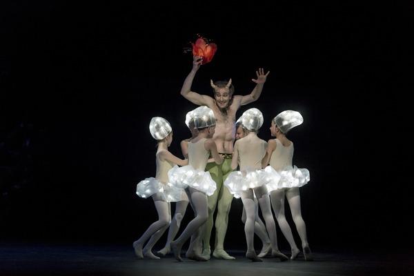 Samuli Poutanen (Puck) ja Balettioppilaitoksen oppilaita © 2015 Sakari Viika, Suomen kansallisbaletti