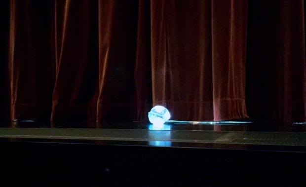 Valopallo, joka jäi lavan reunalle väliajan alkaessa