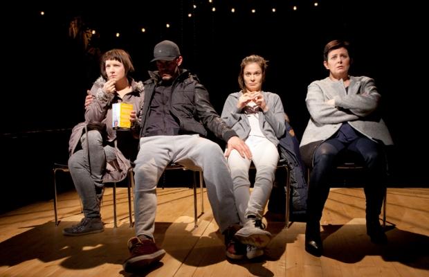 Q-teatteri: Jotain toista (Maximissa katsomassa Pelastakaa sotamies Ryan -elokuvaa) Kuva: Pate Pesonius