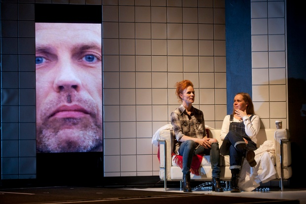 Kuvassa Minna Haapkylä ja Katja Küttner. Kuva: Stefan Bremer.