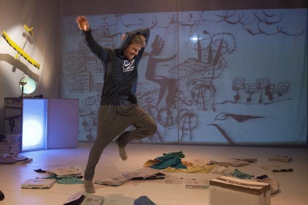 Mikä **t*n Pikku Prinssi? Koreografia ja ohjaus: Elina Jakowleva. Kuvassa Ville Oinonen. Kuva: Harri Hinkka