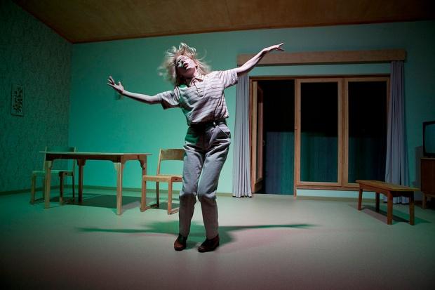 Q-teatteri: Tavallisuuden aave. Kuvassa Laura Birn, kuva: Pate Pesonius.
