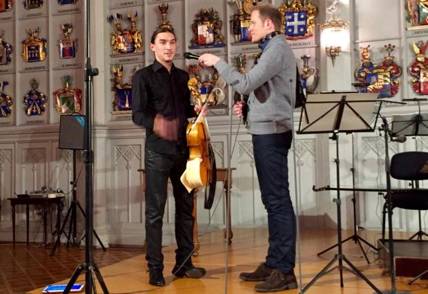 Sergei Malov violoncello da spalloineen, haastattelijana Ville Komppa.