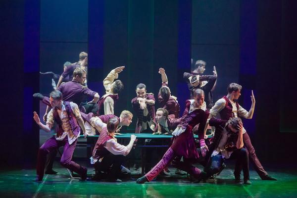 Patarouvan pelipöytäkohtaus. Kuva: Eifman Ballet/Jevgeni Matvejev.