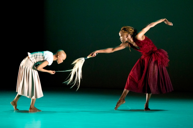Dada Masilo: Giselle, kuvassa Dada Masilo ja Llewellyn Mnguni. Kuva: Kuopio tanssii ja soi/Petri Laitinen.