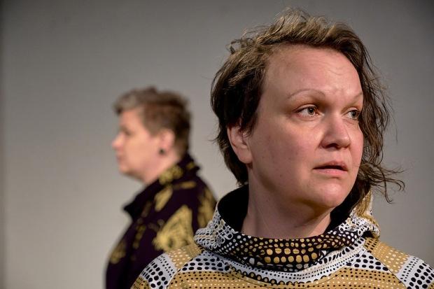 Häiriö (2018). Kuvassa: Kati Palokangas, Raisa Omaheimo. Kuvaaja: Marko Mäkinen.
