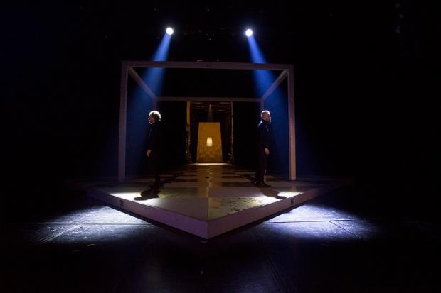 Mercutio (Miro Lopperi) ja Tybalt (Jarno Hyökyvaara). Kuva: Kansallisteatteri/Tuomo Manninen.