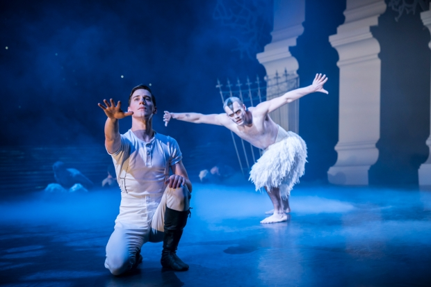 Matthew Bourne's Swan Lake. Dominic North (The Prince) ja Will Bozier (The Swan). Kuva. Johan Persson.