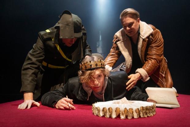 Markus Ilkka Uolevi (Marcellus), Jussi Nikkilä (Hamlet), Severi Saarinen (Horatio). Kuva: Otto-Ville Väätäinen.