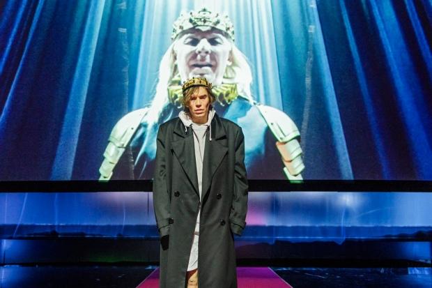 Jussi Nikkilä (Hamlet), Eero Aho (Claudius). Kuva: Otto-Ville Väätäinen.