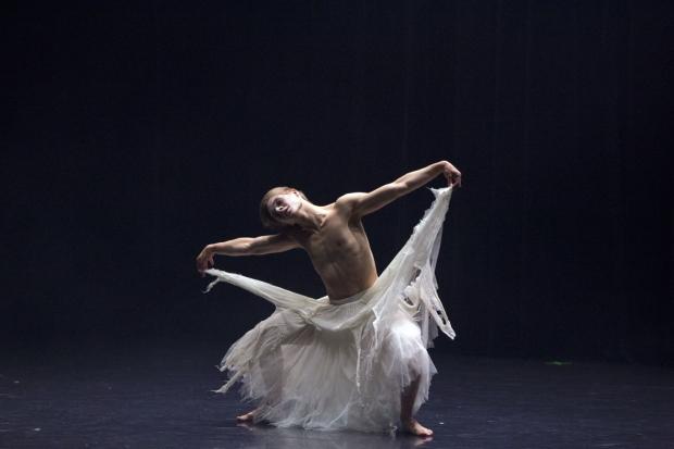 Ballet Pathétique -soolo. Kuvassa Atte Kilpinen. Kuva: Petri Laitinen.