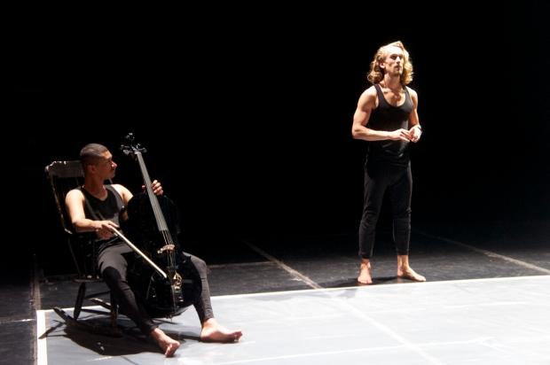 Body Notes. Kuvassa Sergio Castrillón ja Miro Lopperi. Kuvaaja: Mimosa Lindahl. (Kuva harjoitustilanteesta.)