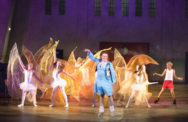 Billy Elliot. Kuvassa keskellä Petra Karjalainen, oikealla Simo Riihelä. Kuva: Kari Sunnari.