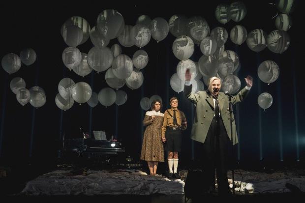 Hitler ja Blondi. Kuvassa etualalla Seela Sella, takana Niina Ranta ja Verneri Lilja. Valokuva: Kari Sunnari.