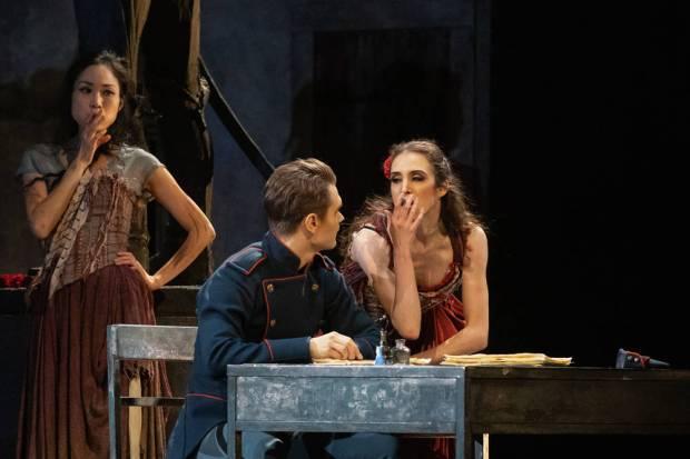 Liam Scarlett: Carmen. Kuvassa etualalla Frans Valkama, Rebecca King. Kuva: Mirka Kleemola.